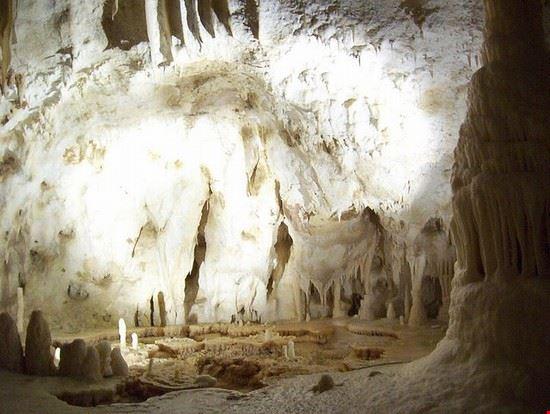 una immagine delle grotte di Frasassi,un vero tesoro naturalistico delle Marche