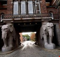 31669 copenaghen porta degli elefanti all  ingresso della carlsberg