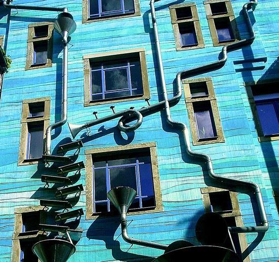 dresda particolare di una facciata nel kunsthof di neustadt