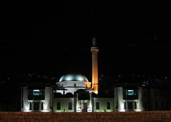 sarajevo veduta notturna della moschea dell  imperatore di sarajevo
