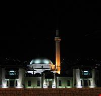 veduta notturna della moschea dell  imperatore di sarajevo