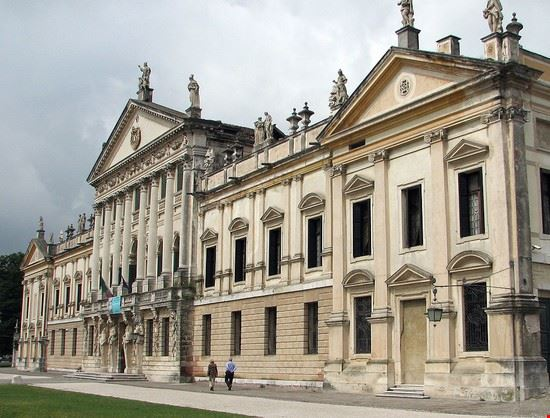 La facciata di Villa Pisani