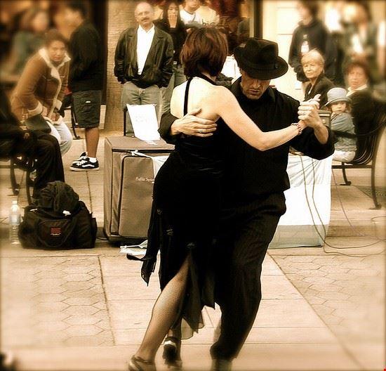 buenos aires una pareja bailando un tango en buenos aires