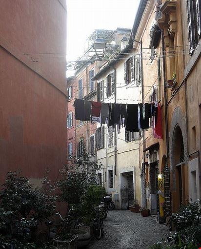 Foto Ropa tendida en Trastevere - Imágenes y fotos de Roma - 412x550 -  Autore: carmen garcia