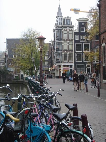 scorcio sul canale con le immancabili biciclette amsterdam bilder und fotos aus amsterdam. Black Bedroom Furniture Sets. Home Design Ideas