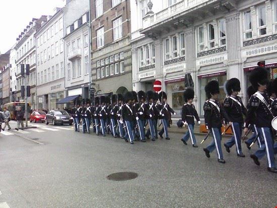 38306 copenaghen guardie reali per le vie di copenhagen