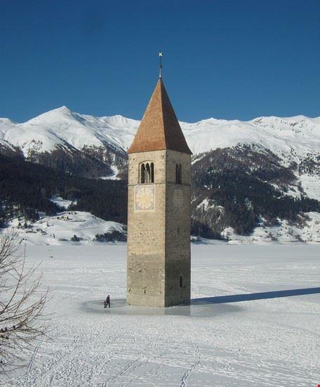 """il campanile """"sospeso""""  del lago di braies"""