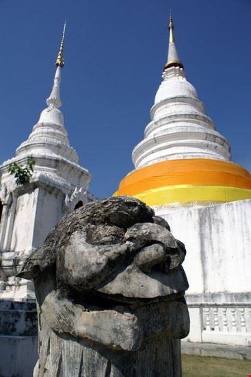 chiang mai stupas und statue des wat phra singh