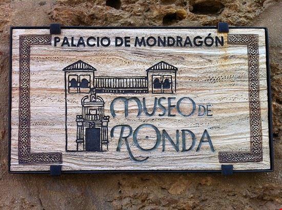 ronda eingang vom palast de mondragon museo de ronda
