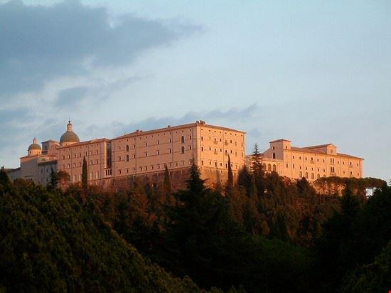 abtei kloster im sonnenuntergang