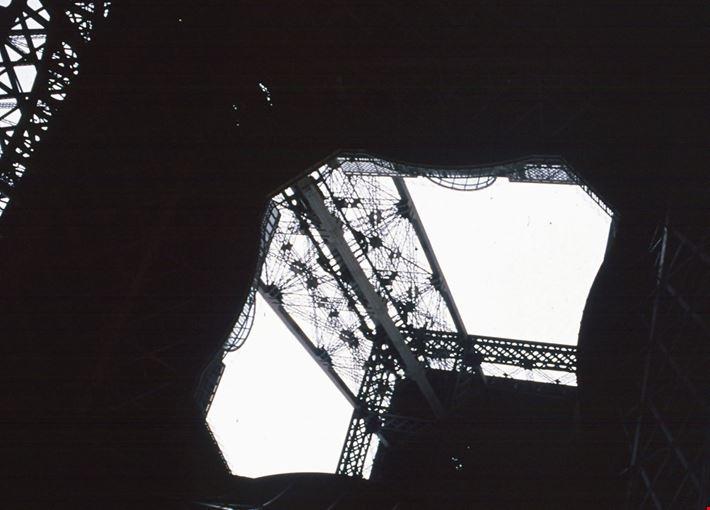 torre eiffel vista dal basso