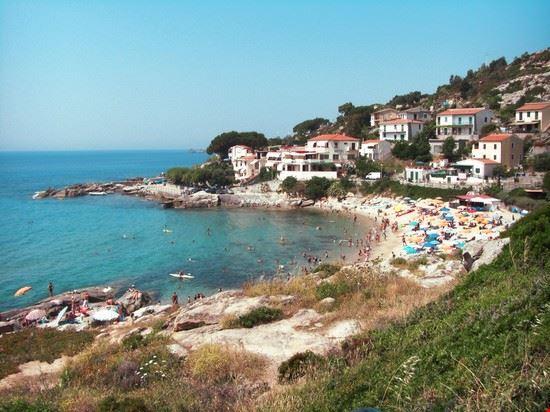 La frazione di Seccheto con la piccola spiaggia cittadina
