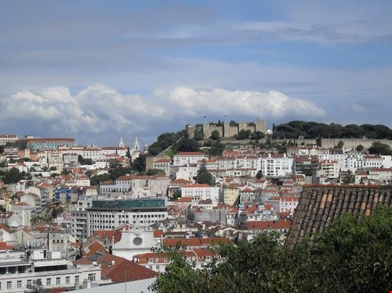 Questa è la vista del Castello di Sao Jorge dal quartiere del Chiado