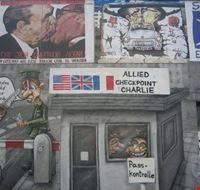 41014 berlin graffiti auf der berliner mauer