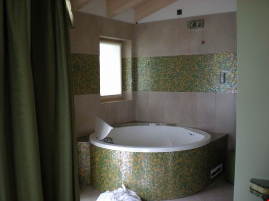la vasca idromassaggio doppia della suite terra
