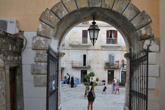 san felice circeo arco d  accesso alla piazza