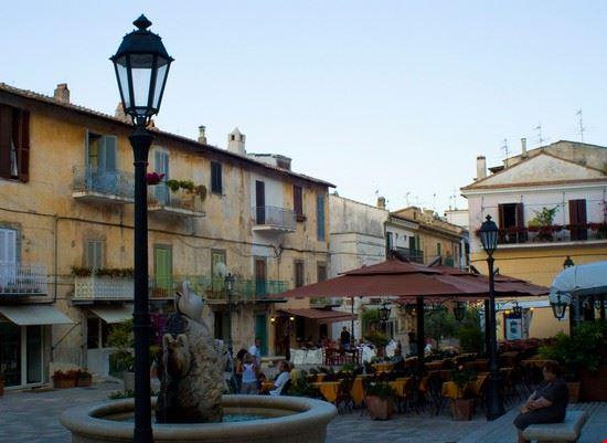 Foto la piazzetta a san felice circeo 550x401 autore for Vedere case online