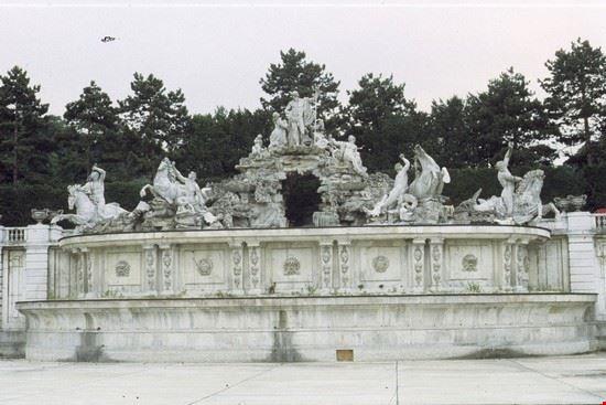 la fontana di nettuno schonbrunn vienna