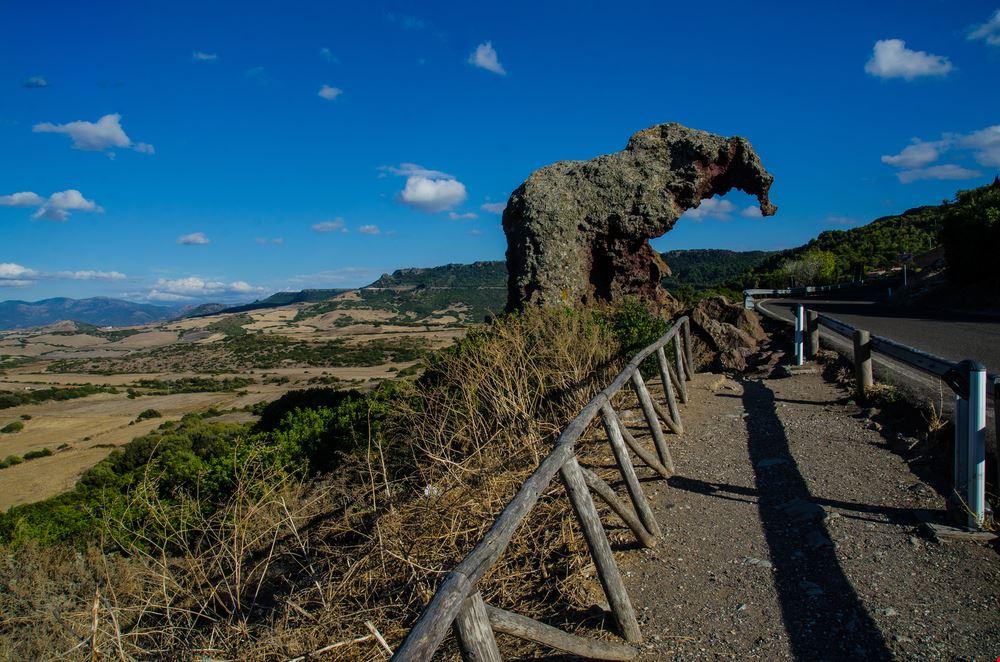 La roccia dell elefante e il Nuraghe Paddaggiu