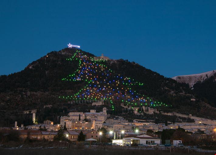 Albero Di Natale Gubbio.Foto L Albero Di Natale A Gubbio