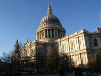 saint paul cathedral con cielo azzurro londra