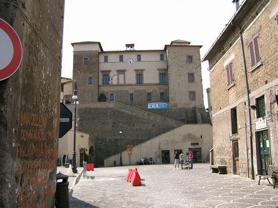 la piazza e il palazzo nobiliare