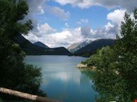 il lago incastonato tra le montagne