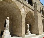rodi statue all  interno del cortile del palazzo