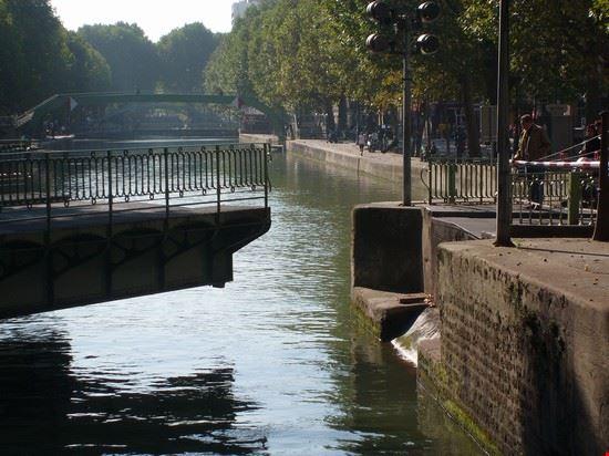 47367 ponte girevole sul canale st martin parigi