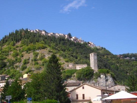 Paese arroccato sulle montagne