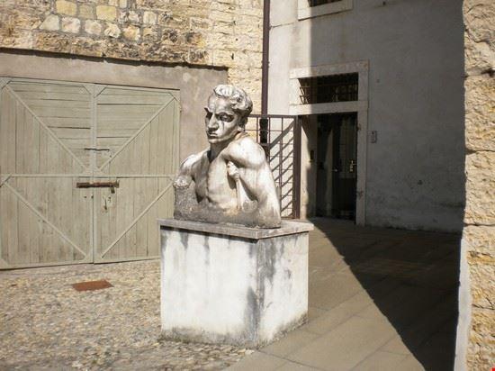 Una statua all'entrata laterale del Museo del Risorgimento