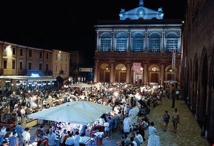 Mercatino serale in Piazza Cavour