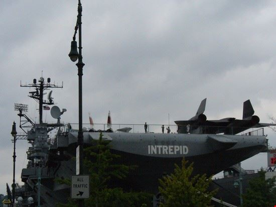 Foto intrepid sea air space museum a new york 550x412 - Portaerei new york ...