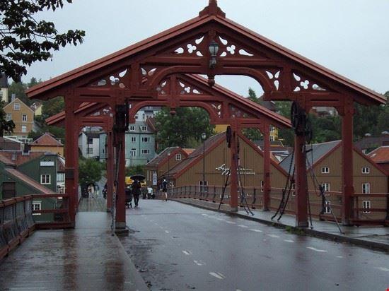 antico tipico ponte su fiume nidelva trondheim