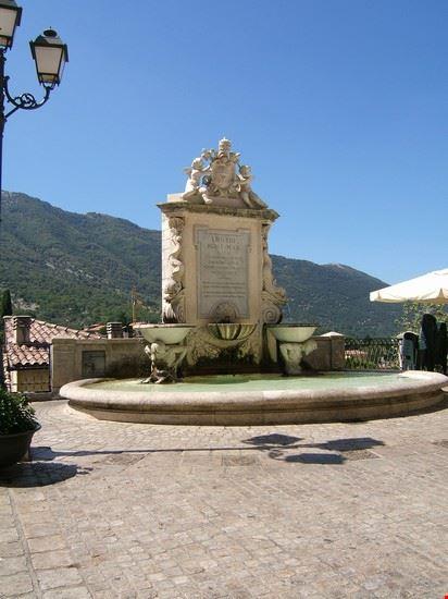 La fontana sulla piazza principale