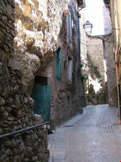 vicoli e case costruite sulla pietra