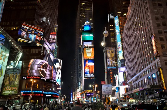 Foto times square di notte a new york 550x364 autore for Foto new york notte