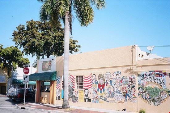 49053 miami murales lungo calle ocho