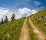 Via tra le montagne