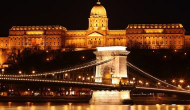 ponte delle catene e palazzo reale di notte budapest