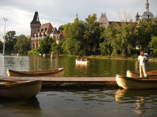 Ancora il bellissimo lago del Parco della Città di Budapest, vista sul Castello.