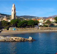 La spiaggia dietro la chiesa