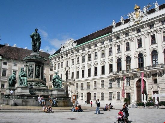 una bella fontana all hofburg palace vienna