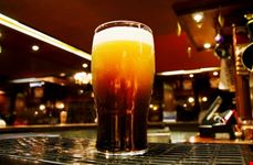 Una birra in un irish pub di Londra