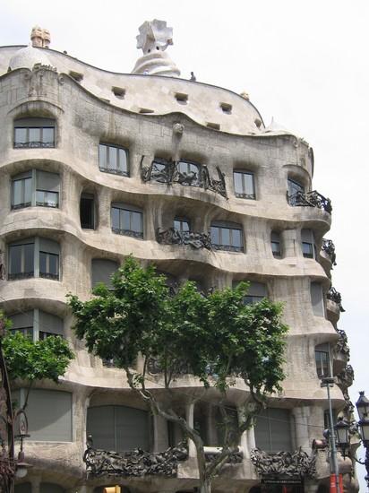 Foto facciata casa pedrera a barcellona 412x550 autore for Villaggi vacanze barcellona