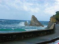 faraglione nel oceano biarritz