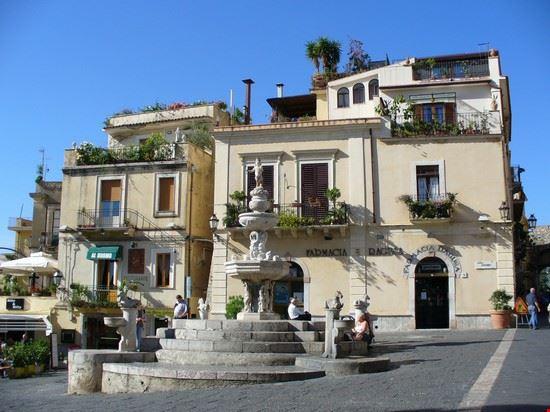 La fontana in Piazza Duomo a Taormina