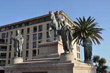 Place de Gaulle - Statua di Napoleone e i suoi fratelli