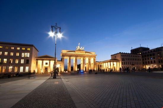 la porta di brandeburgo e gli edifici circostanti berlino
