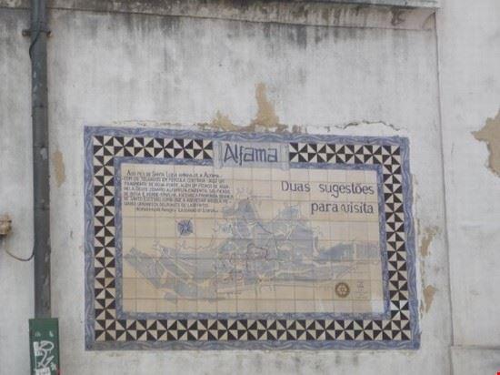 Alfama è il quartiere più antico di Lisbona. la zona gu risparmiata dal terremoto del 1755. e' dominata dal Castelo de Sao Jorge.